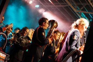 Orkiestra wraz Mażoretkami na festynach parafialnych